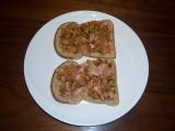 Boterham met salade van augurken, zilveruitjes en ham
