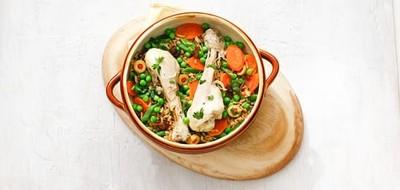 Drumsticks met rijst, snijbonen, wortel en doperwtjes
