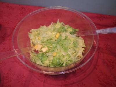IJsbergsla met kaas, noten en mango