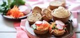 Volkoren stokbrood met hummus en groente