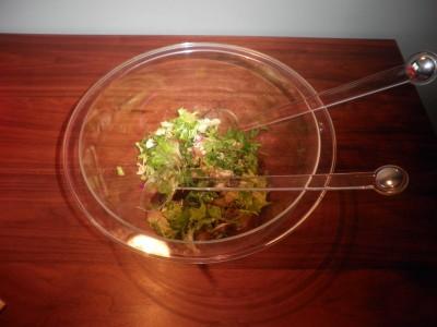 Gemengde groene sla met walnoot, peer en kaas