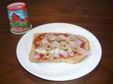 Tosti met tomaten ketchup, ham, olijven en groene Zwitserse strooikaas