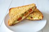 Mozzarella tosti met tomaat en olijven