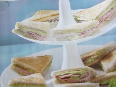 Sandwiches met avocado en ham