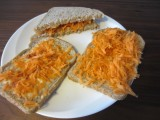 Stapelsandwich met smeerkaas en wortel